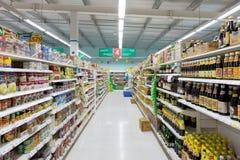 特易购莲花超级市场的走道视图 免版税库存照片