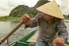 特朗岸岛,越南- 2010年8月04日:划船在越南 免版税库存图片