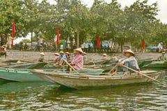 特朗岸岛,越南- 2010年8月04日:划船在越南 库存照片