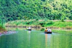 特朗岸岛ECO-TOURIST复合体,越南- 2014年11月27日-旅行乘在复合体的小河的小船的游人 免版税库存照片