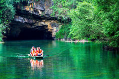 特朗岸岛ECO-TOURIST复合体,越南- 2014年11月27日-旅行乘在复合体的小河的小船的游人 库存照片