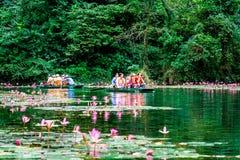 特朗岸岛ECO-TOURIST复合体,越南- 2014年11月27日-旅行乘在复合体的小河的小船的游人 免版税库存图片