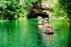 特朗岸岛ECO-TOURIST复合体,越南- 2014年11月27日-旅行乘在复合体的小河的小船的游人 库存图片