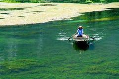 特朗岸岛ECO-TOURIST复合体,越南- 2014年11月27日-航行小船的一名未认出的妇女服务游人 库存照片