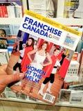 特权加拿大杂志在手上 免版税库存图片