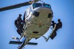 特种部队合作准备好直升机绳索跳跃 免版税库存图片