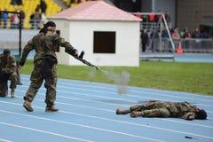 特种部队在体育场展示训练 库存照片