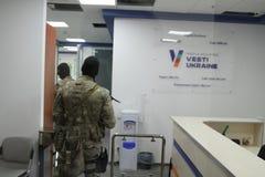 特种部队战士的队与武器的在一次查寻期间在商业中心在基辅,乌克兰, 2017年7月14日 免版税库存图片
