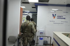 特种部队战士的队与武器的在一次查寻期间在商业中心在基辅,乌克兰, 2017年7月14日 库存图片