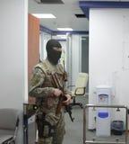 特种部队战士的队与武器的在一次查寻期间在商业中心在基辅,乌克兰, 2017年7月14日 免版税图库摄影