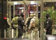 特种部队战士的队与武器的在一次查寻期间在商业中心在基辅,乌克兰, 2017年7月14日 免版税库存照片
