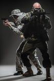 特种部队有机枪的战士人在黑暗的背景 库存图片