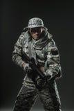 特种部队有机枪的战士人在黑暗的背景 免版税图库摄影