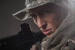 特种部队有机枪的战士人在黑暗的背景 免版税库存图片