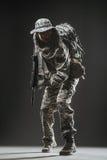 特种部队有机枪的战士人在黑暗的背景 库存照片