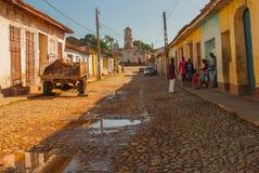 特立尼达,古巴:老被破坏的天主教 在特立尼达的殖民地镇都市风景的都市场面 库存图片