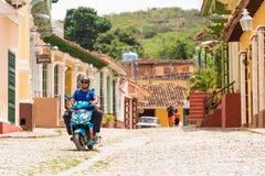 特立尼达,古巴- 2017年5月16日:一辆摩托车的一个人在城市街道上 复制文本的空间 库存图片