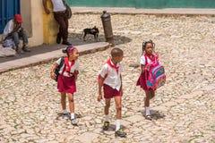 特立尼达,古巴- 2017年5月16日:在城市街道上的三个孩子 特写镜头 免版税图库摄影