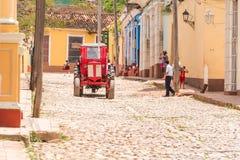 特立尼达,古巴- 2017年5月16日:在城市街道上的红色拖拉机 复制文本的空间 免版税图库摄影