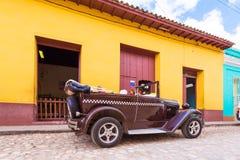特立尼达,古巴- 2017年5月16日:在街道上的美国减速火箭的汽车 复制文本的空间 免版税图库摄影