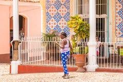 特立尼达,古巴- 2017年5月16日:城市str的古巴年长妇女 免版税图库摄影