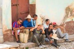 特立尼达,古巴- 2017年5月16日:小组在城市街道上的人 复制文本的空间 库存照片