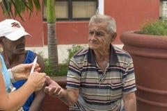 特立尼达,古巴- 2018年1月03日:有伸出的一个老人 库存图片
