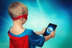 特级英雄在流动技术帮助下监测行星的安全 库存照片