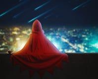 特级英雄女孩在晚上城市 库存图片
