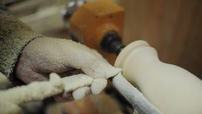 特纳在有凿子的木材加工车床机器,很多木片工作 股票录像