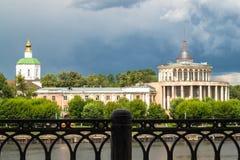 特维尔在伏尔加河的河驻地在部份崩溃前的几天 俄国 免版税图库摄影