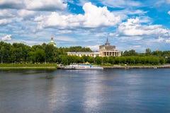 特维尔在伏尔加河的河驻地在部份崩溃前的几天 俄国 免版税库存图片
