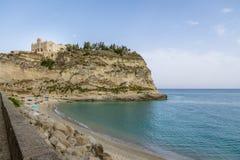 特罗佩亚海滩和圣玛丽亚小山谷` Isola教会-特罗佩亚,卡拉布里亚,意大利 免版税库存图片