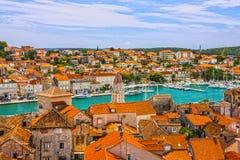 特罗吉尔在克罗地亚,镇全景,克罗地亚旅游destinati 免版税图库摄影
