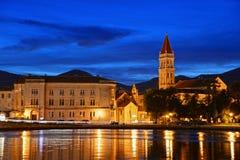 特罗吉尔老镇有圣劳伦斯湾大教堂的在夜之前 库存照片