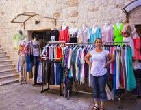 特罗吉尔,克罗地亚-衣裳和衬衣在老镇购物 免版税库存图片