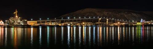 特罗姆瑟桥梁夜视图有光的在市特罗姆瑟 免版税库存照片