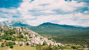 特里冈斯中世纪小山顶村庄美好的风景看法  库存图片