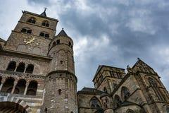 特里尔主教座堂的看法在一多云天 免版税图库摄影