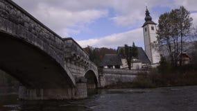 特里格拉夫峰 教会 桥梁 Sava Bohinjka河 股票录像
