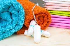 特里毛巾和月经有益健康的软的棉花棉塞和垫妇女卫生学保护的 妇女重要天, gynecologica 免版税库存图片