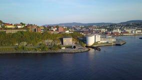特隆赫姆市,挪威-晴朗的夏日空中捕获,开始从海湾的运动到城市 影视素材