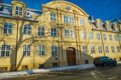 特隆赫姆,挪威- 2018年4月04日:冬天驻地的Nidaros大教堂Nidarosdomen与在街道的雪 免版税库存图片