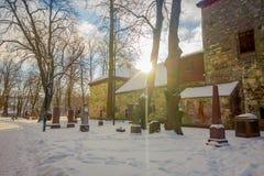 特隆赫姆,挪威- 2018年4月04日:墓碑室外看法在Nidaros大教堂Nidarosdomen的冬天驻地的 免版税库存图片