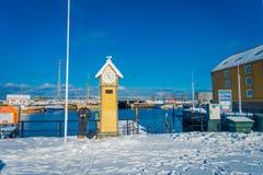 特隆赫姆,挪威- 2018年4月04日:室外观点的接近一只木yello小屋公鸡的旅游人在小游艇船坞口岸 免版税库存照片