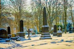 特隆赫姆,挪威- 2018年4月04日:用雪盖的墓碑出色的意见在冬天期间在Nidaros大教堂里 免版税库存照片