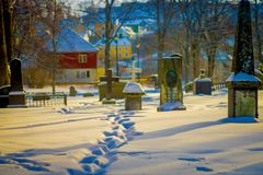 特隆赫姆,挪威- 2018年4月04日:用雪盖的墓碑出色的意见在冬天期间在Nidaros大教堂里 库存照片
