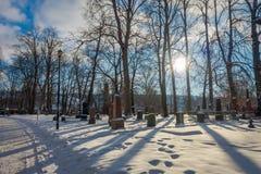 特隆赫姆,挪威- 2018年4月04日:用雪盖的墓碑室外看法在冬天驻地时在Nidaros 库存照片