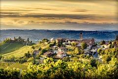 特雷伊索村庄看法langhe的,晚夏的北意大利 库存照片