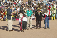 特雷莎・海因茨・克里凯利的部落间的印地安仪式,盖洛普, NM容忍有成员的 库存照片